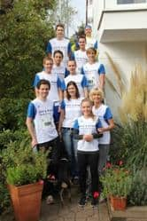 Das Team von ZEIT & WERT Immobilien vor einer Treppe