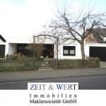 Freistehendes stattliches Eigenheim in leichter Hanglage mit 2 Garagen!