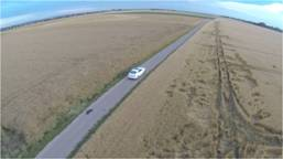 Auto fährt im Feld