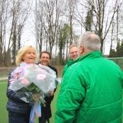 ZEIT & WERT Immobilien sponsort Sportverein Gymnich Blumenübergabe
