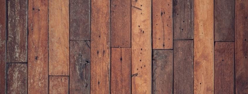 Kerben im Holzfußboden
